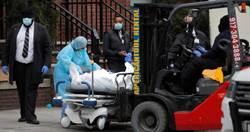 醫院警衛路邊待命 冷凍貨櫃車載遺體畫面曝光