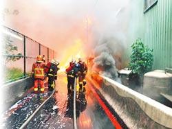 油管爆裂溢上路面 釀火燒車