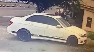 愛車遭敲破窗失竊金飾 車主看監視器驚見賊是前同事