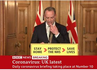 英外交大臣公開舔手指 網民狂酸:這麼想隔離?