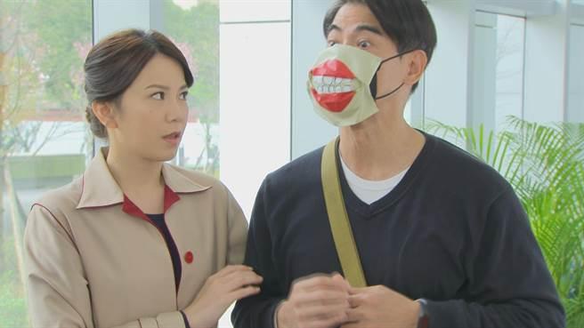 翁家明發想的「巫婆紅唇口罩」引發網友討論。(民視提供)