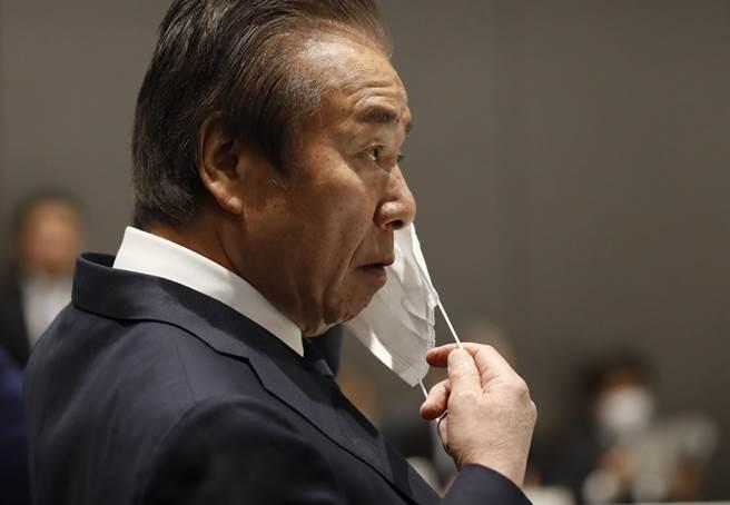 東京奧會組委會理事高橋治之戴口罩出席會議。(美聯社資料照/pool photo via ap)