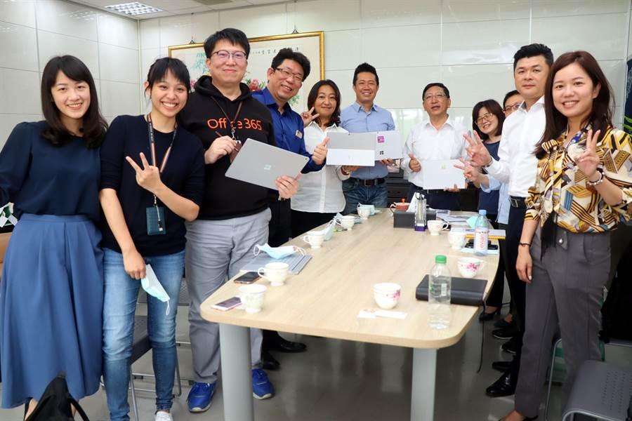 教育局與台灣微軟、采威國際資訊公司共同宣布,將提供軟體與教育訓練等資源,協助高雄市防疫期間推動線上教學。(洪浩軒攝)