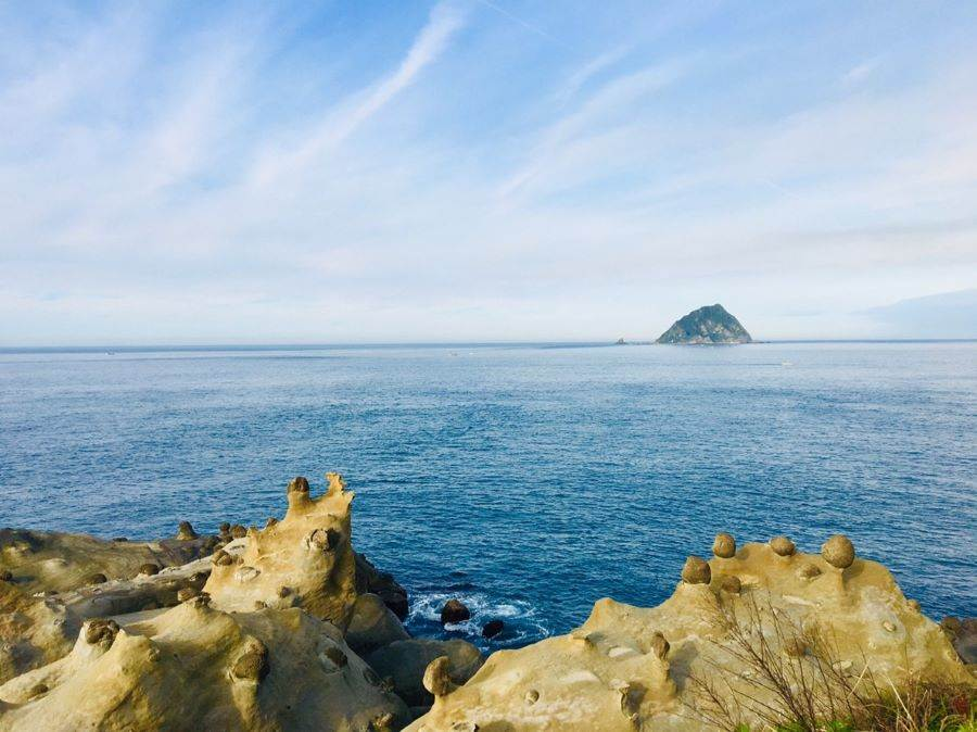 只要沿著蜿蜒的環山步道走便可找到潮間帶的動物「海兔岩」。(北觀處提供)