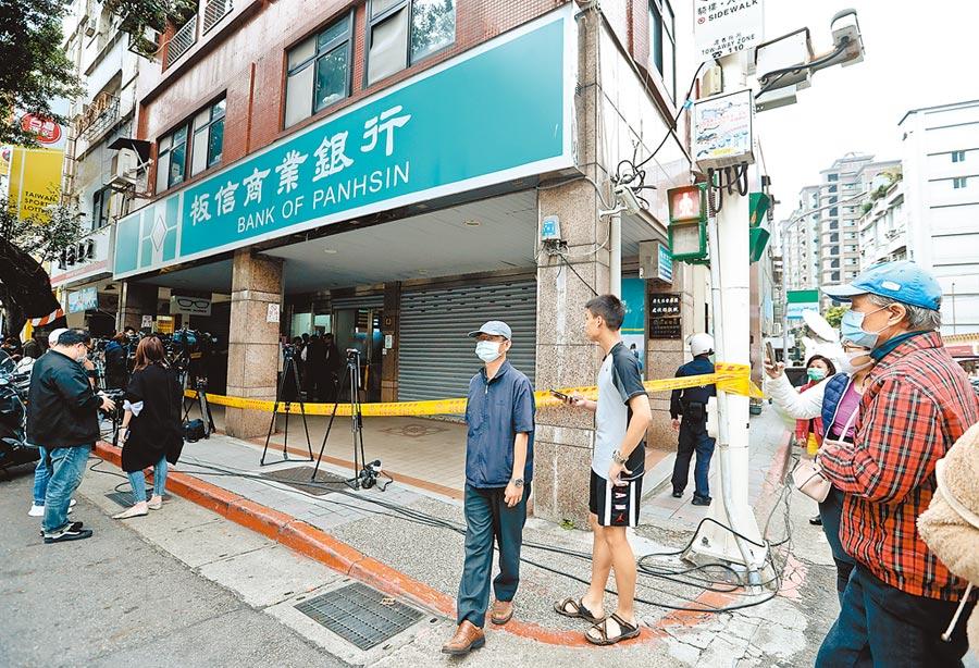 台北市大直板信銀行3月30日發生一起持槍搶案,陳嫌持槍掃射後劫走78萬。(劉宗龍攝)