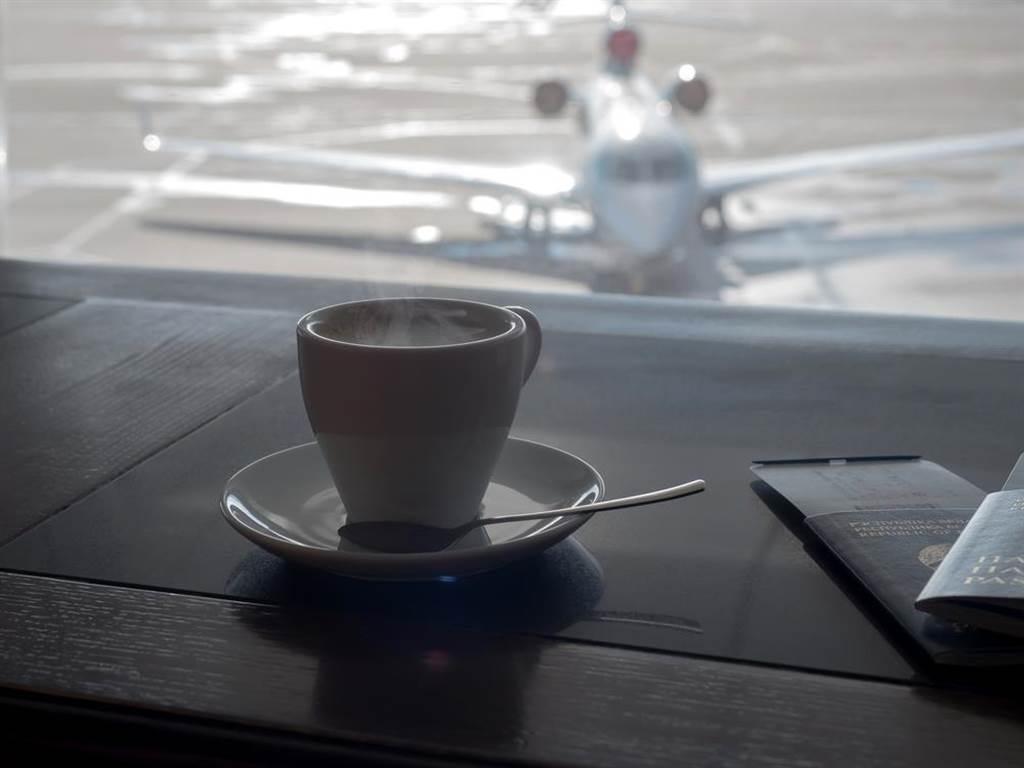 喝咖啡染疫,醫師曝機場這最髒,有80%都帶病菌。(示意圖/Shutterstock)