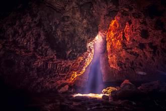 惡魔現身?探索地底洞穴驚現詭異橘紅色生物