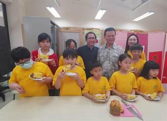 左鎮國小慶兒童節 吳寶春請吃麵包勉勵學童