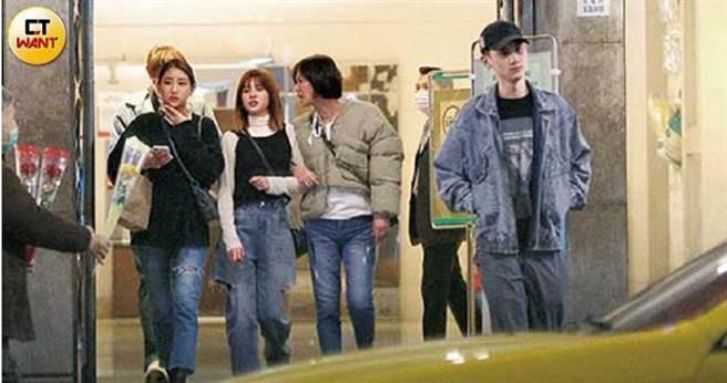 宇珊在KTV為男友的媽媽慶生,出場時沒牽著男友,而是隨侍在略有醉意的未來婆婆身旁。(由左而右:小玉、卡卡、宇珊、卡卡媽、Josh)(圖/本刊攝影組)