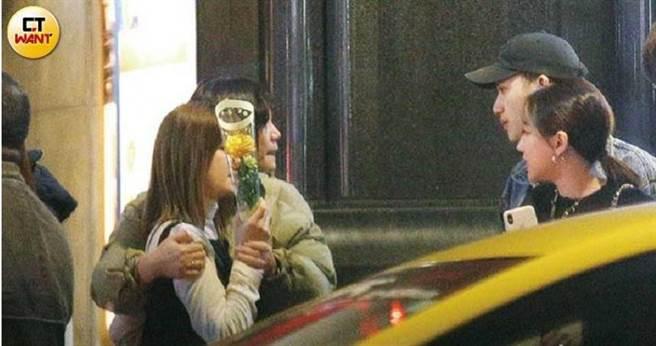 卡卡媽幫兒子送花討宇珊歡心,看來非常滿意這位明星準媳婦。(由左而右:宇珊、卡卡媽、Josh、卡卡)