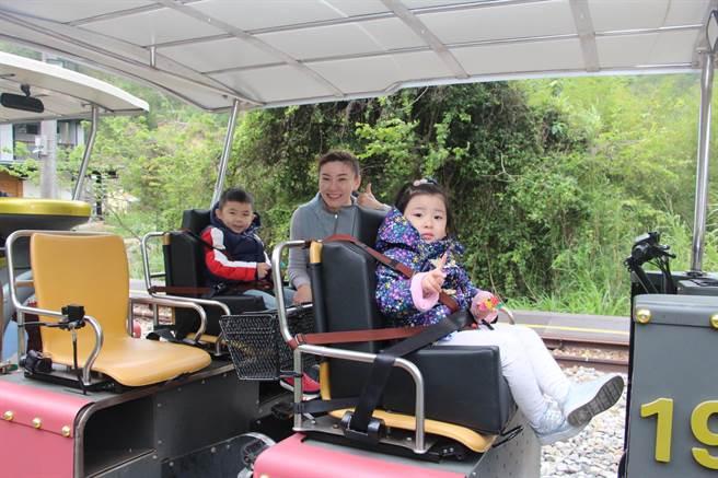 苗栗舊山線鐵道自行車增設兒童專屬的安全座椅,讓幼童也能體驗享受舊山線的沿途風光。(何冠嫻攝)