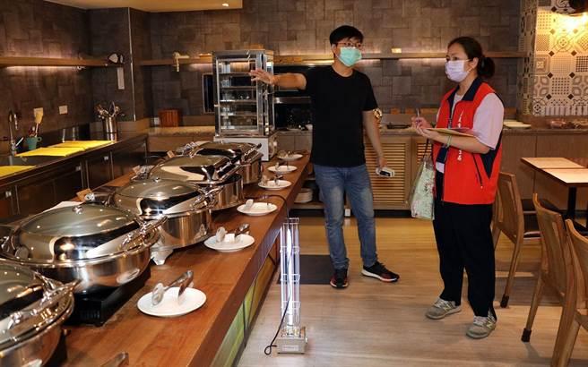 嘉義市衛生局人員檢核飯店的餐飲防疫作為。(廖素慧攝)