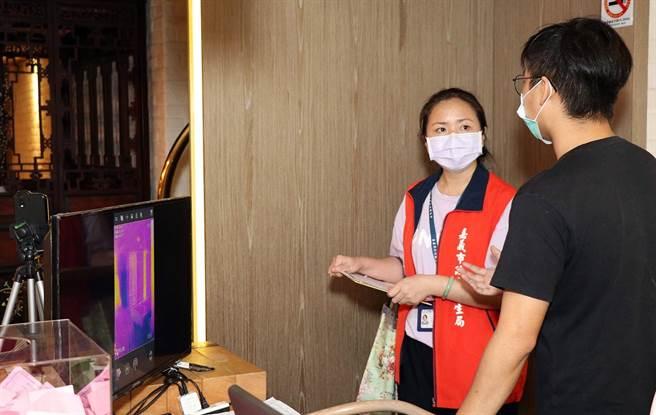 嘉義市衛生局人員檢核飯店用紅外線熱像儀監測出入人員體溫的防疫作為。(廖素慧攝)