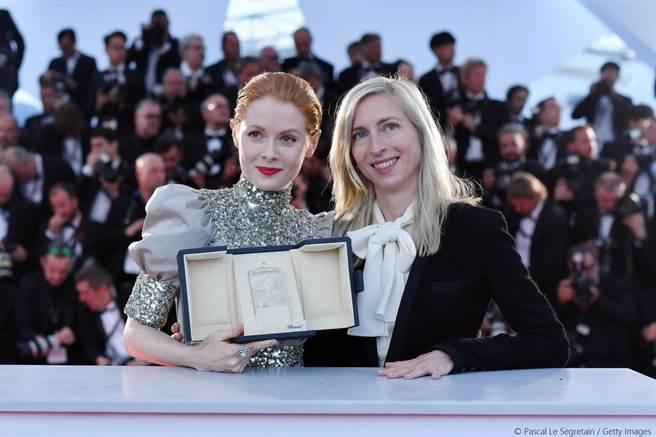 《小魔花》導演潔西卡賀斯樂(右)追求完美一顆鏡頭拍20遍,讓艾蜜莉比查姆(左)榮獲坎城影后。(東昊影業提供)