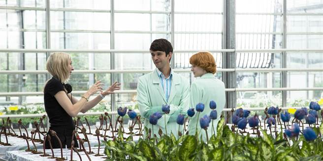 《小魔花》導演潔西卡賀斯樂(左)一顆鏡頭要拍20遍,讓艾蜜莉比查姆(右)榮獲坎城影后,中為英國男星班維蕭。(東昊影業提供)
