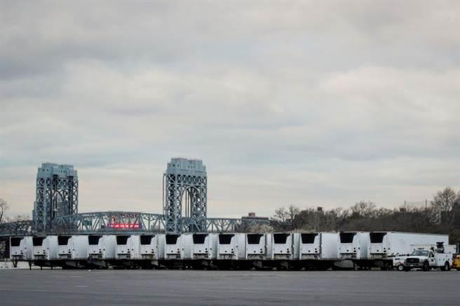 美國疫情爆發的情況比義大利情況還糟,其中最嚴重的紐約市每天死亡超過百人,圖中醫院外整排的冷凍櫃車用於充當臨時停屍間。(圖/路透)