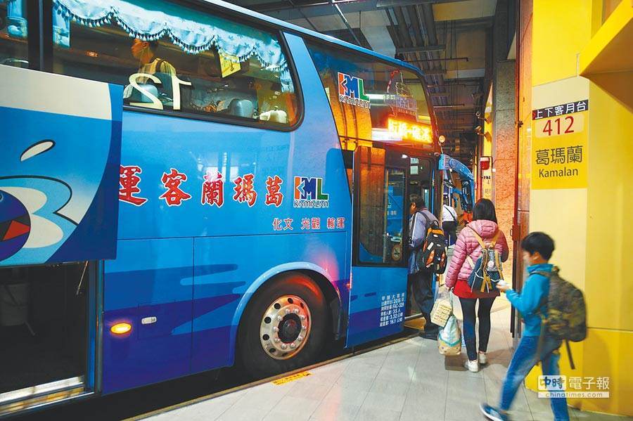 交通部長林佳龍宣布4月1日起,搭乘大眾運輸如客運、台鐵與高鐵者,一律量體溫戴口罩 (示意圖/本報資料照)
