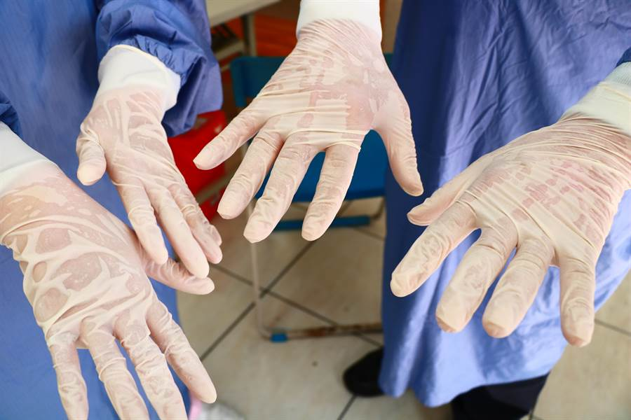蘇清泉指出,大家雖都在冷氣房工作,但因裝備太嚴密不到5分鐘早已汗流浹背,所以請民眾看診時給多點鼓勵、少點脾氣,大家一起平安度難關。(謝佳潾攝)
