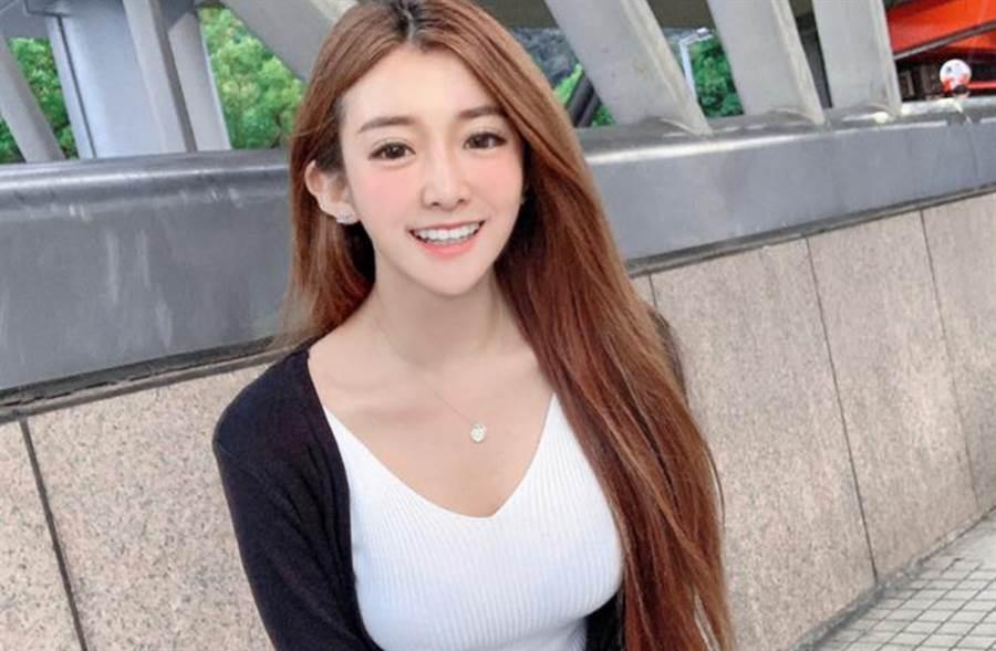 「最美英語講師」名叫小花,不僅胸前有著渾圓的神級大奶,更有著白皙到發光的燈泡肌。(圖/FB@Rebeca 小花)