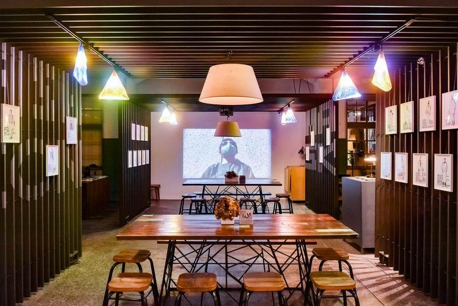 展場運用格柵空間的設計,輔以漸層炫麗的燈光效果,打造具時尚美學的奇幻空間。(松山文創園區 提供)