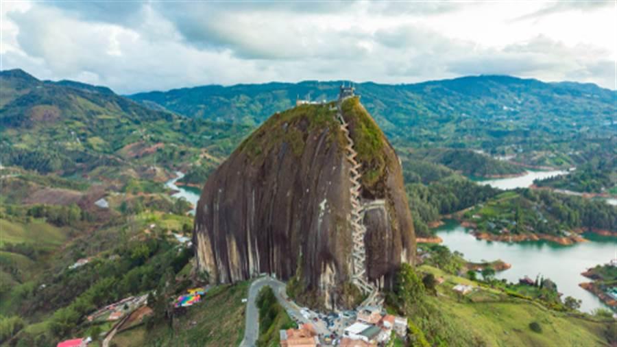 最陡峭房子建在巨石上 想進去先爬649層階梯(圖片取自/達志影像)