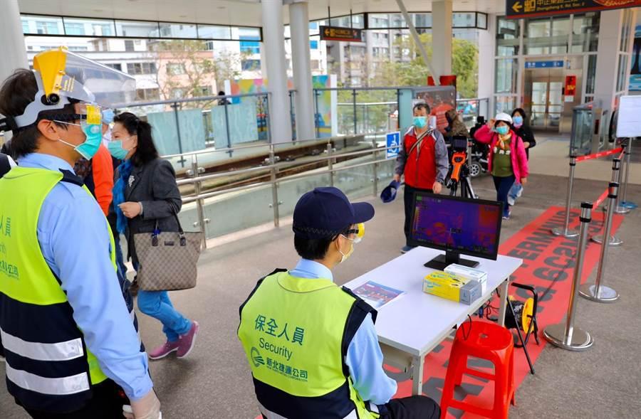淡海輕軌11個車站已派駐人力進行旅客體溫量測,若額溫達攝氏 37.5 度或耳溫達 38 度的旅客將拒載。(戴上容攝)