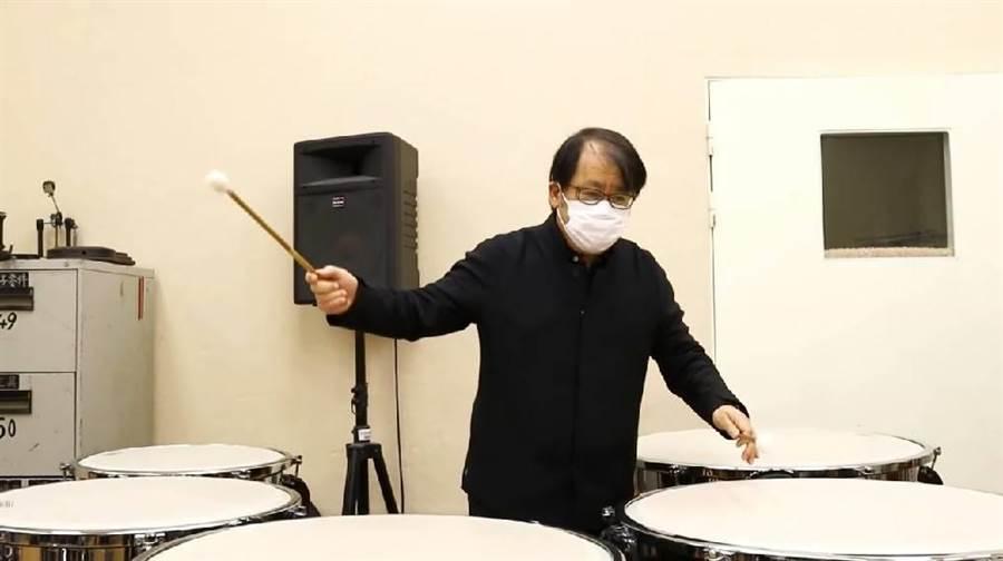 擊樂家朱宗慶戴著口罩,領著朱宗慶打擊樂團共奏《抗役者之歌》。(摘自《抗疫者之歌》影片)