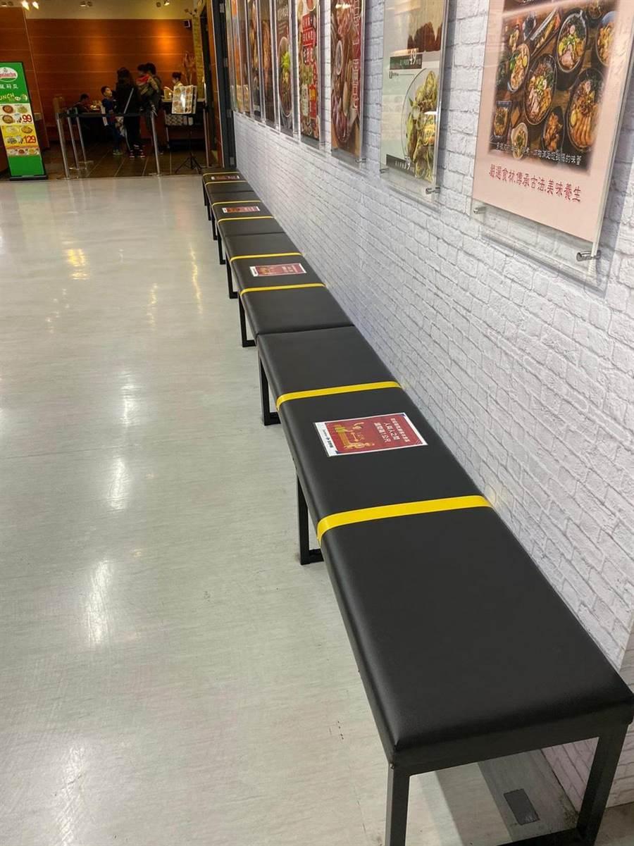 家乐福顾客休息区连接式座位每1.5公尺贴上间隔界线。(家乐福提供)