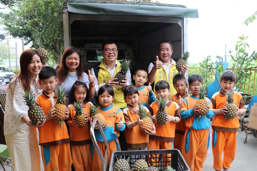 大林鎮長簡志偉(右二)開著小貨車將鳳梨分送給鎮內國小、幼兒園。(大林鎮公所提供/張亦惠嘉縣傳真)