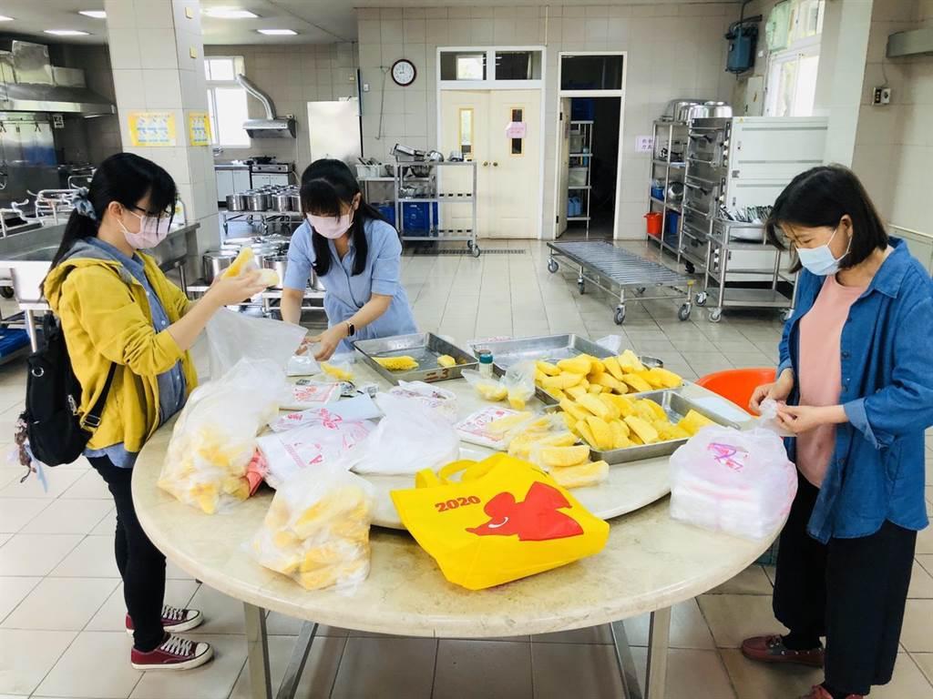 學校將公所分送的鳳梨做為營養午餐後的飯後水果,讓小朋友食用。(大林鎮公所提供/張亦惠嘉縣傳真)