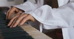 韓版鋼琴女神脫罩彈琴 羞見邪惡視角
