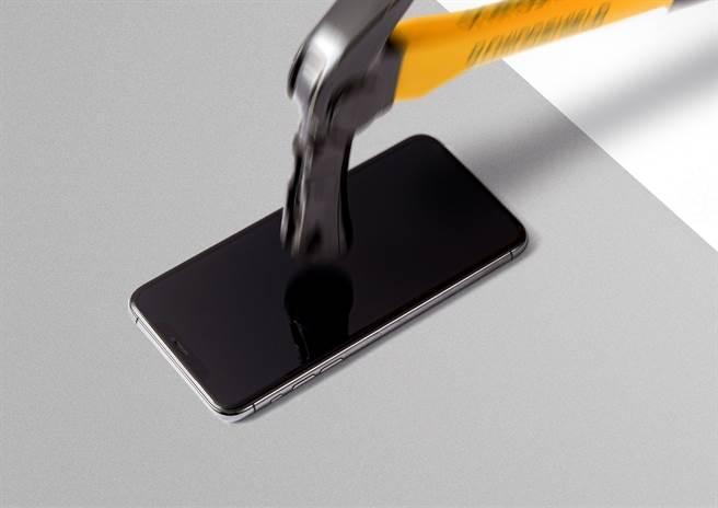 相較於未做保護措施的螢幕,犀牛盾3D壯撞貼的耐衝擊材料經過鐵鎚測試,可承受超過 3 次的衝擊力道。(犀牛盾提供/黃慧雯台北傳真)