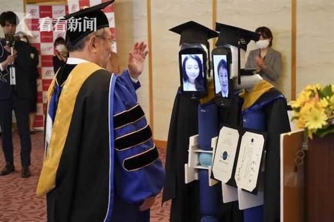 新冠肺炎嚴重 日本大學用機器人代表領畢業證 畫面卻像…。(圖取自大陸《看看新聞》)
