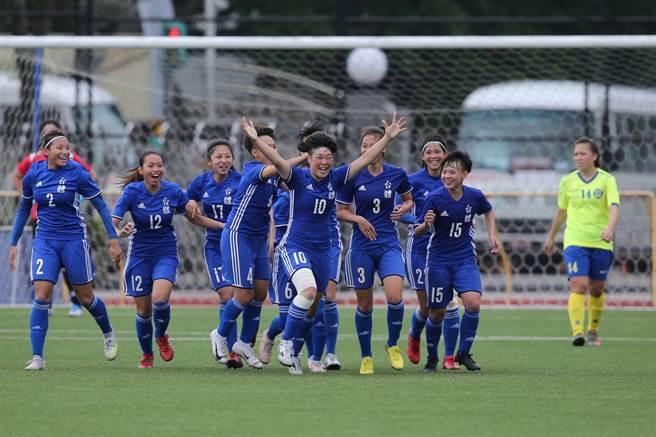 田中麻帆(10號)在第76分鐘踢進直接自由球,與隊友狂奔慶祝,也幫助台體女足稱霸大專足球聯賽。(杜宜諳攝)