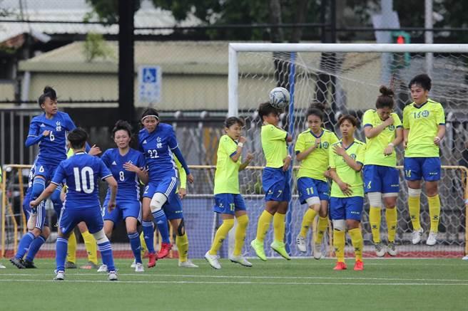 台體田中麻帆(藍10號)以左腳踢出直接自由球,越過師大人牆鑽入門內。(杜宜諳攝)