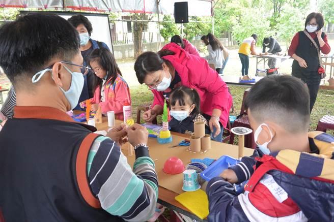 為了讓親子參與苑裡親子公園設計,苗栗縣政府水利處首度舉辦親子公園參與設計工作坊,讓家長帶著小朋友動手設計公園。(巫靜婷攝)
