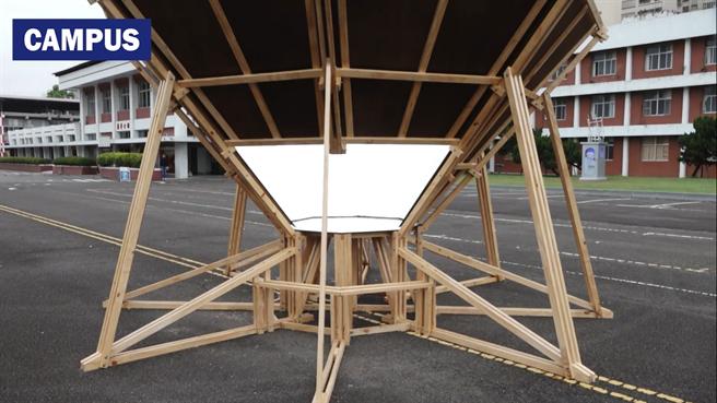 北藝大新媒系學生曹書誠說,其作品「空孔」以鏡面環繞空間,嘗試創造出純白天空。(Campus編輯室提供)