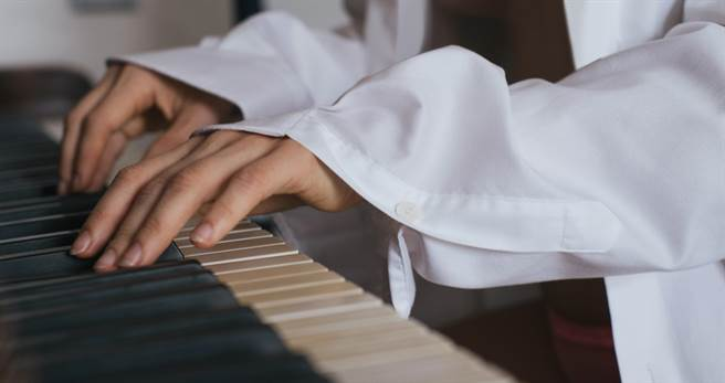 韓版鋼琴女神脫罩彈琴 羞見邪惡視角(示意圖/達志影像)