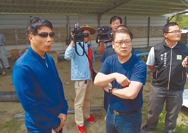 時任雲林地檢署檢察官吳文城(右),當年要求傾倒廢棄物的李國恩(左)提出清運計畫。(本報資料照片)