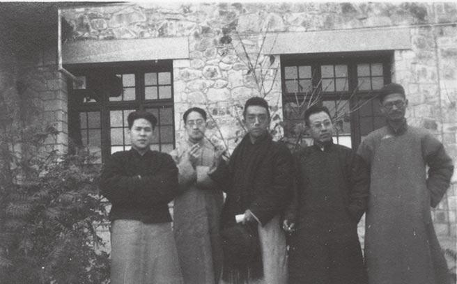 1924年,胡適(左三)與徐志摩(左二)、蔣夢麟(右一)出遊。(中央研究院胡適紀念館提供)