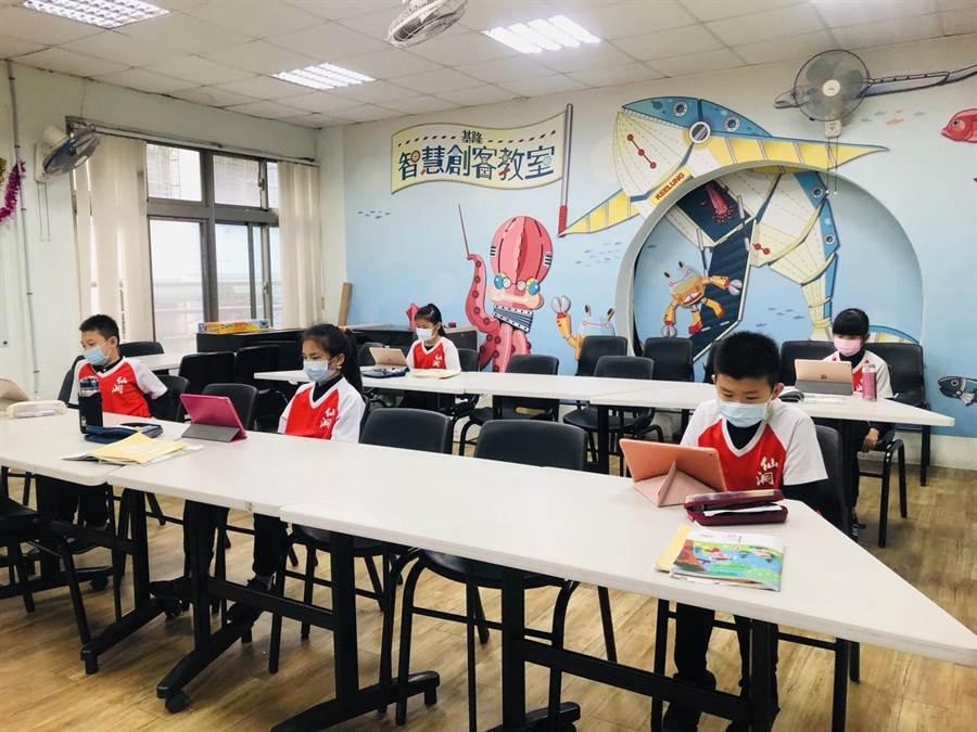 基市獲贈440組遠距教學帳號,林右昌盼提升學生閱讀力。(吳康瑋攝)