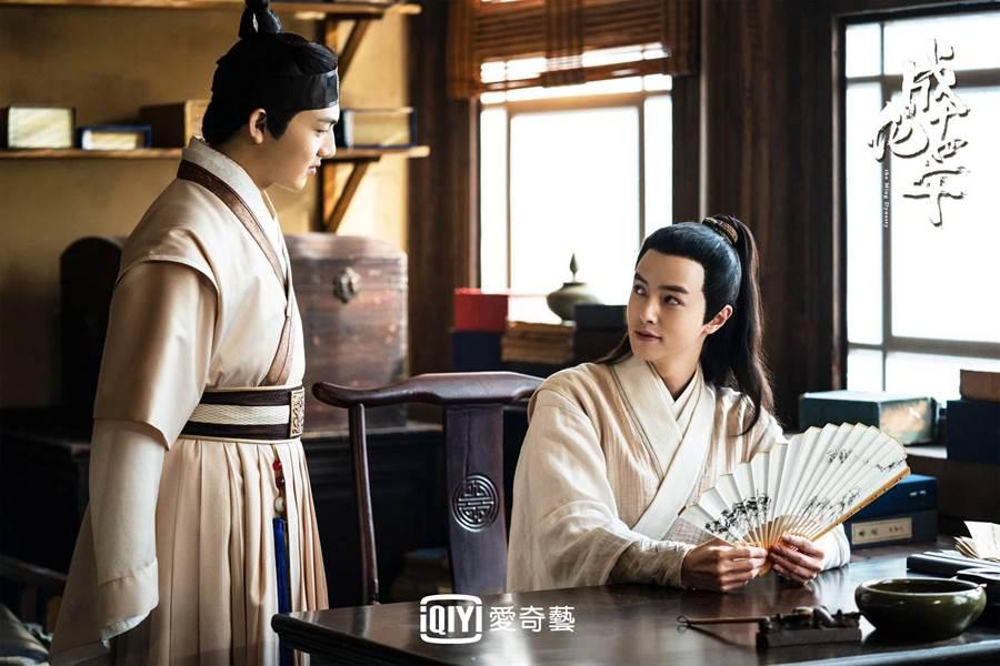 官鴻在《成化十四年》中飾演推官,自封破案小神童。(愛奇藝台灣站提供)