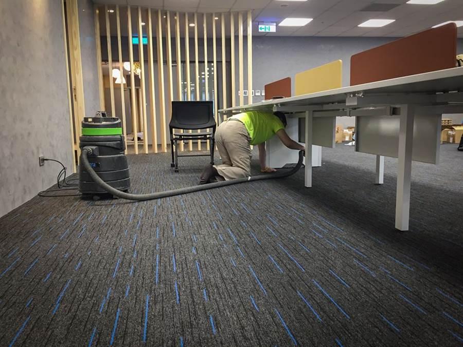 張國煒化身清潔小弟,默默拿著吸塵器雙膝跪地,清潔辦公桌底下的地板 (圖/翻攝星宇航空臉書)