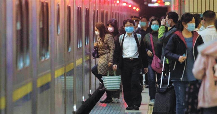 清明連假恐爆發社區感染,醫警告要戴口罩,兩周後可能一波確診高峰。(本報系資料照片)