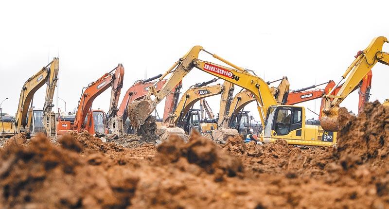 大陸國企中國建築召集多名建築工人,在武漢建造醫院。圖為大型機具在雷神山醫院工地加緊趕工。(新華社資料照片)