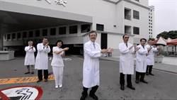 醫護防疫兼紓壓 奇美醫院長邱仲慶帶頭大跳洗手舞