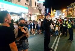 清明連假墾丁大街擁擠 警察上街宣導社交距離