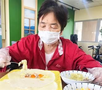 疫情禁探訪 仁馨樂活園長輩DIY「解憂潤餅」