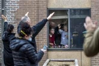 疫情下的溫情 荷蘭長照中心用這招讓訪客隔空與老邁父母說Hi