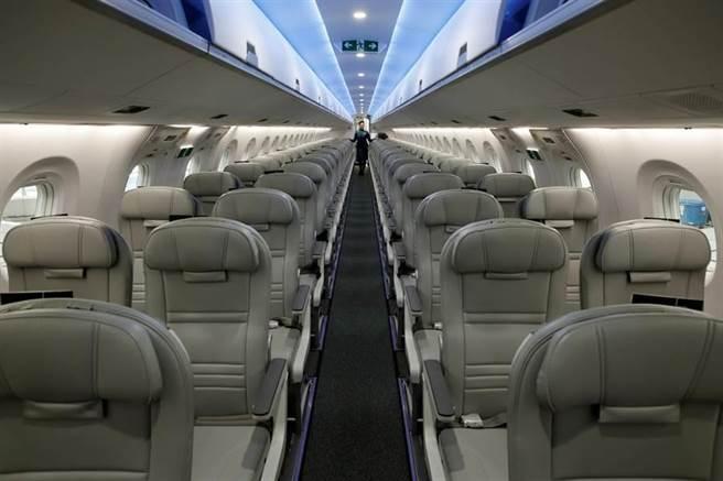 新冠疫情讓全球發生傳染恐慌,但如果不得不搭飛機,在機上自行做些消毒工作與防疫措施很有必要。(圖/路透)